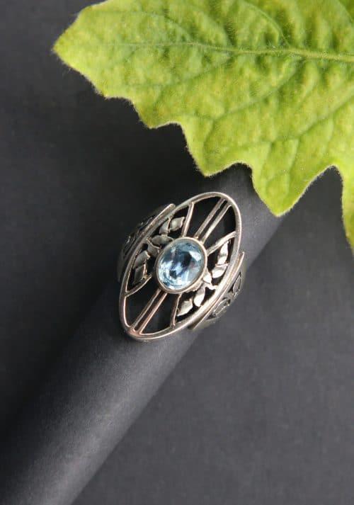 Großer Silberring zur Tracht, mit blauem Spinell