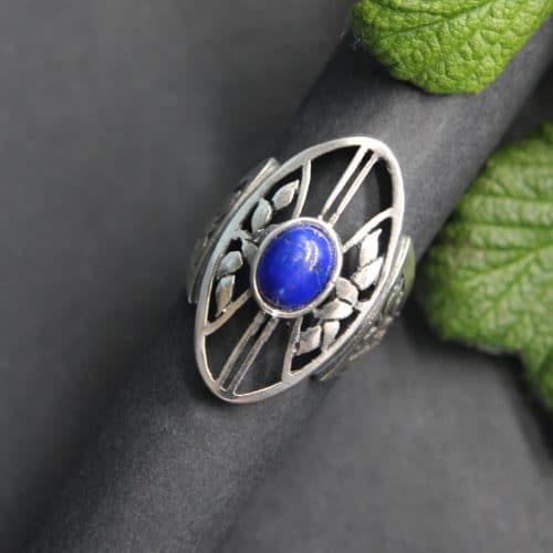 Moderner Trachten Ring in Silber und Lebensbaummotiv, gefasst mit Lapis (blau)