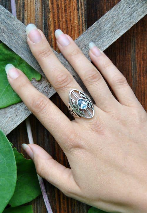 Moderner Trachtenschmuck Ring in Silber an Hand getragen