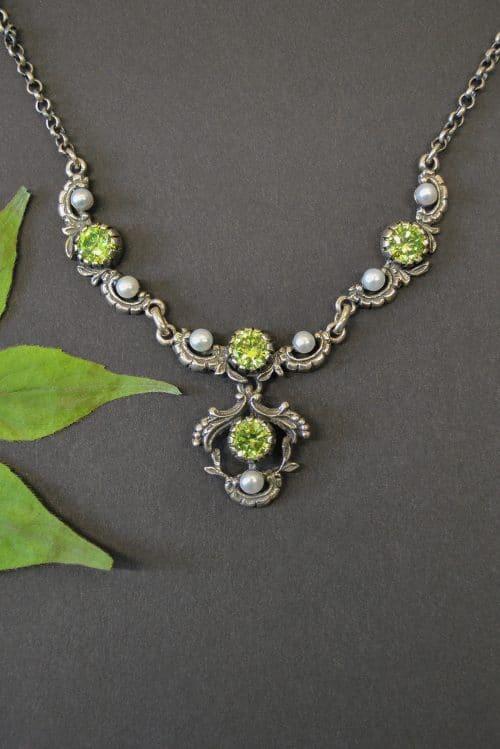 Moderner Trachtenschmuck: Trachtenkette Jutta in Silber mit hellgrünem Zirkonia und kleinen Perlen