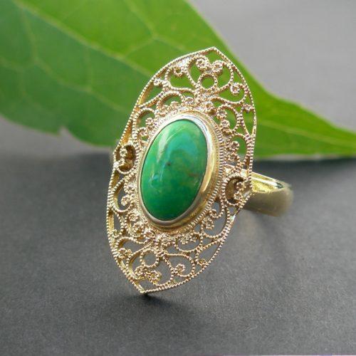 Ring aus Gold mit Grüntürkisem Stein Unikatschmuck