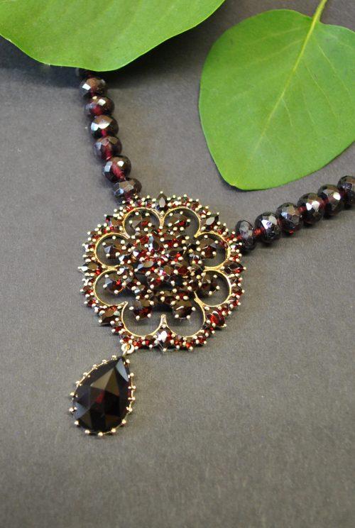 Unikat Granat Collier mit goldenen Details