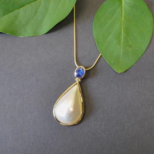 Unikat Kette aus Gold mit Mabe Perle mit Saphir