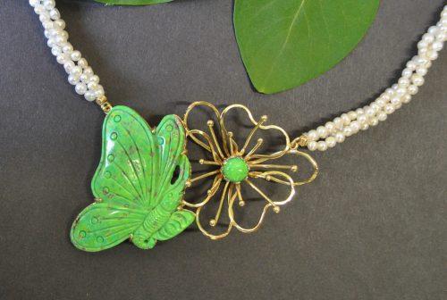 Collier aus Gold mit Schmetterling aus Grün Türkis geschnitzt und Blume aus Gold mit Stein Grün Türkis