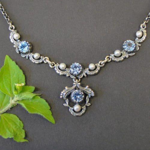Trachtenhalskette aus Silber mit blauen Spinell Schmucksteinen und sieben Süßwasserperlen