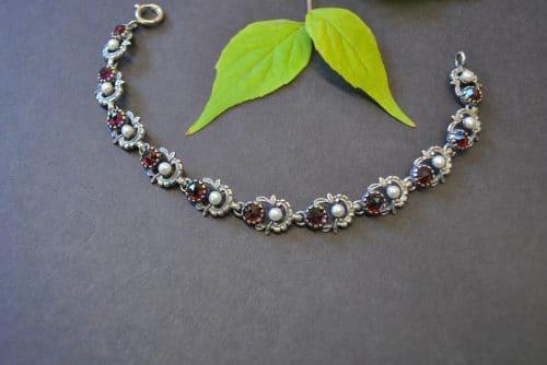 Echter Trachtenschmuck: Silbernes Trachtenarmband mit abwechselnd Granat und Perle gefasst