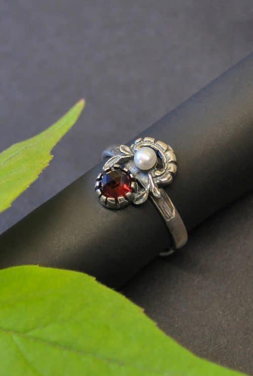 Trachtenschmuck Silber: edler Trachtenring mit einem Granat und einer Perle gefasst