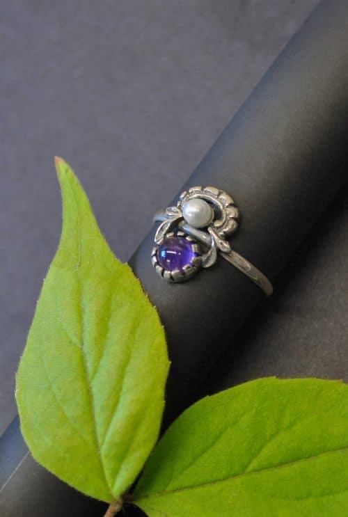 Schmuck zum Dirndl: Hochwertiger Silberring mit einem Amethyst und einer Perle