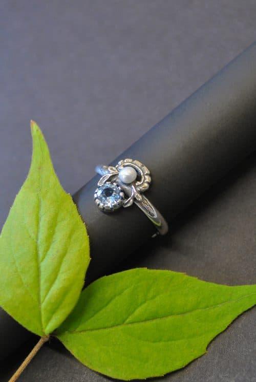 Trachtenschmuck Ring aus Silber mit blauem Spinell und einer Süßwasserperle