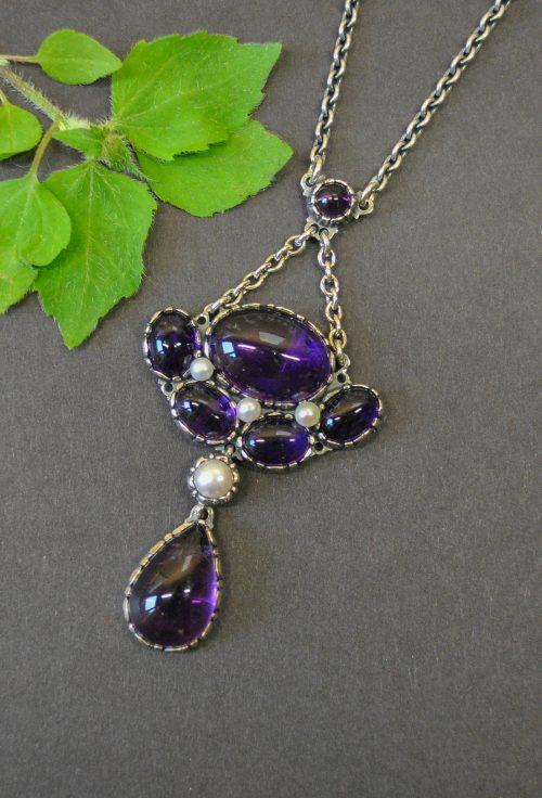 Silberkette mit Amethyst und Perlen verziert