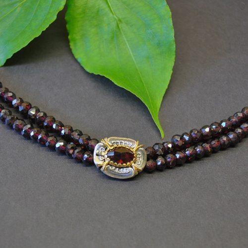 Granatschmuck Kette mit Granat gefädelt und Schließe mit Blumen Motiv