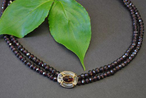 Granatschmuck Granatkette kmit Schließe aus Silber darin ein Granat gefasst