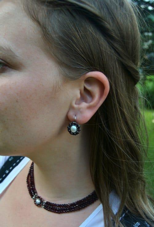 Granatohrringe mit Perle mit Blumenmotiv