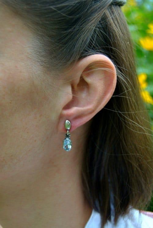 Ohrringe Silber mit blauem Spinell getragen