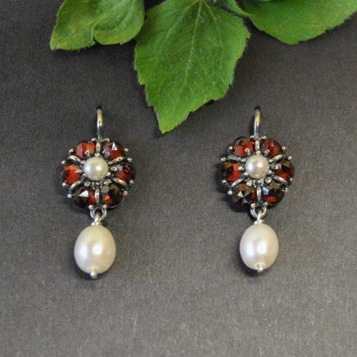 Ohrringe mit Motiv Blume in Granat und Perlen