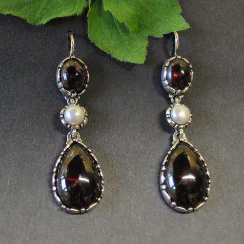 Ohrringe aus Silber mit Granattropfen und kleiner Perle