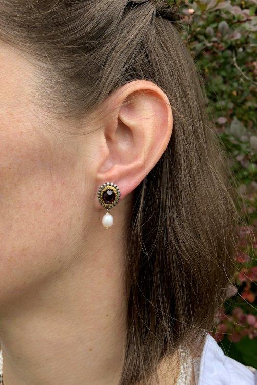 """Kleine Ohrstecker """"Ariane"""" aus Silber mit vergoldeten Details und einem Granat"""
