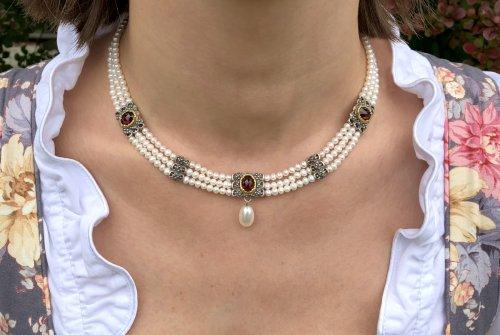 Perlencollier 3 reihig getragen