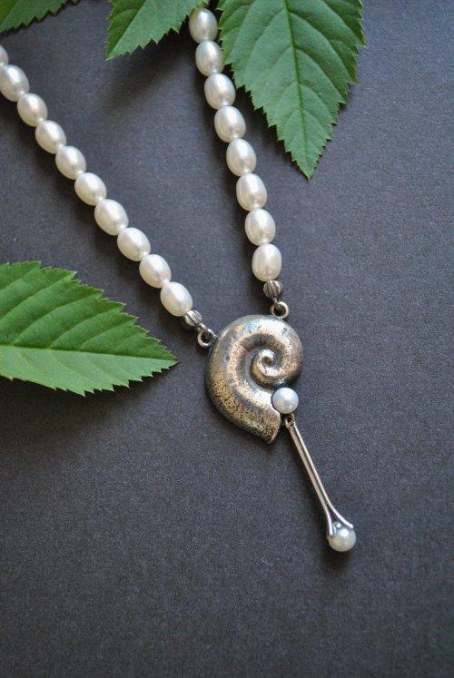 Perlenkette Cecilia aus dem Trachtenschmuck Set Cecilia mit Motiv Schnecke