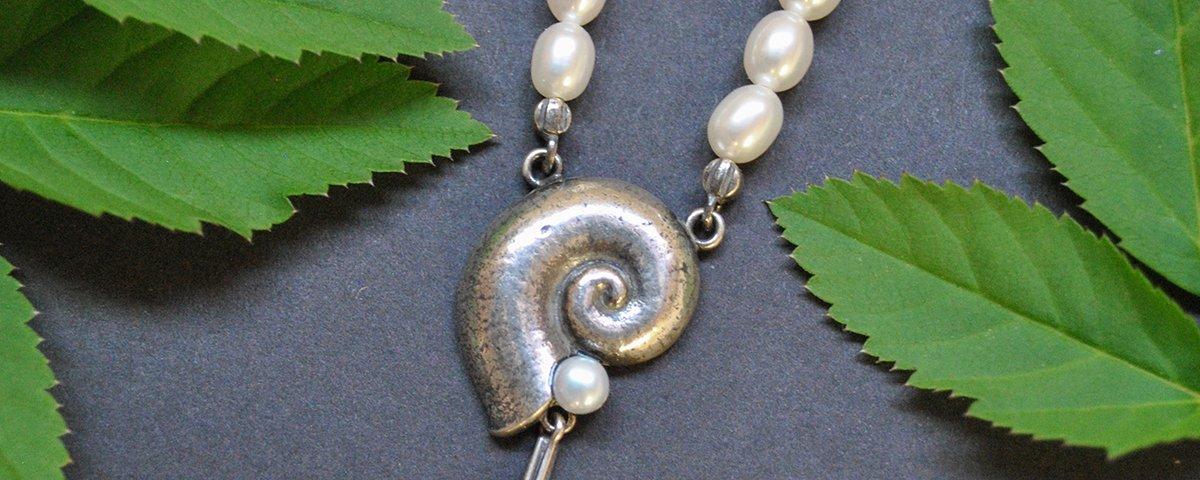 Perlenkette Cecilia aus Silber mit Schnecken Motiv