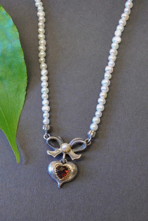 Perlenkette mit Schleife aus Silber und Herz angehängt
