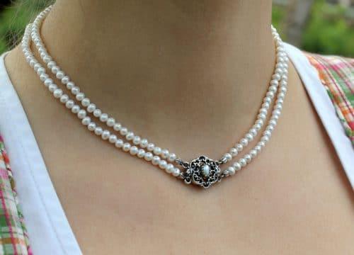 Perlencollier Juliana zum Dirndl getragen