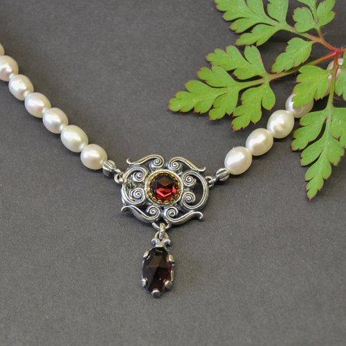 Perlenkette mit Schließe aus Silber und Granat