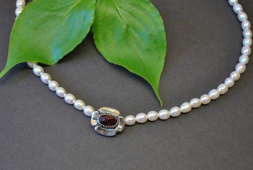 Marianne heißt die schöne Schließe aus Silber, die an einer Perlenkette angebracht ist
