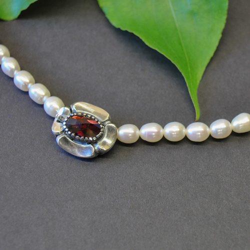 Schöne einreihige Perlenkette mit Schließe in Blumenform