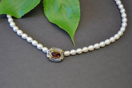 Perlenkette mit Schließe aus Silber, vergoldeten Details und Granat