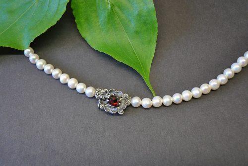 """Perlenschmuck zum Dirndl: Perlenkette mit Schließe """"Sina"""""""