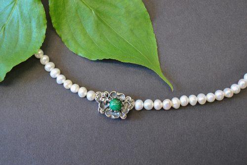 Schöne Dirndlschmuck Perlenkette mit einer Schließe aus Silber, die in Form einer Blume gestaltet ist
