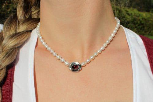 Trachtenschmuck Perlenkette: einfache Perlenkette mit silberner Schließe und Granat