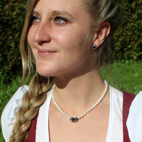 Trachten Perlenkette Marianne und Trachten Ohrstecker Uschi zum Dirndl getragen