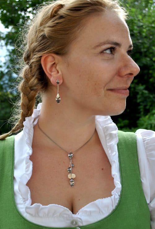 Modernes Grandelschmuck Set für Damen: Ohrringe und Anhänger in Silber