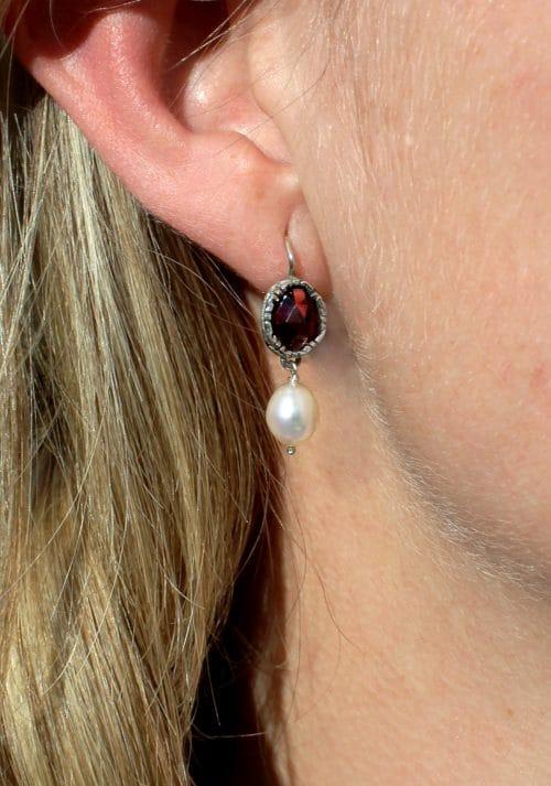 Trachten Ohrringe Tara Rot getragen