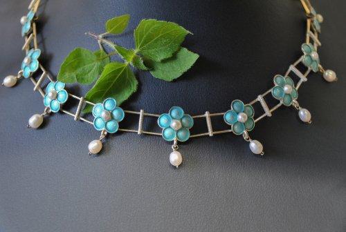 Vollcollier mit Blumen und Perlen