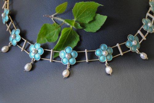 Collier aus türkisen Blumen mit Perlen - Sehr süß zum Dirndl