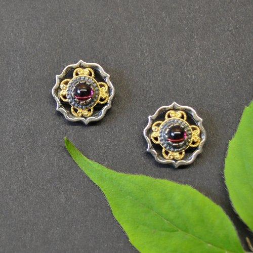 Trachtenschmuck Ohrstecker aus Silber mit vergoldeten Details und kleinem Granat