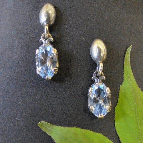 Silberne Trachtenohrringe mit blauem Spinell gefasst, moderner Dirndlschmuck