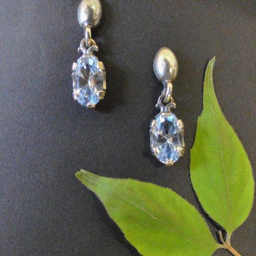 Silberne Ohrstecker mit blauem Spinell