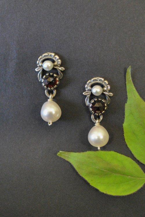 Ohrstecker aus Silber mit Granat und Perlen