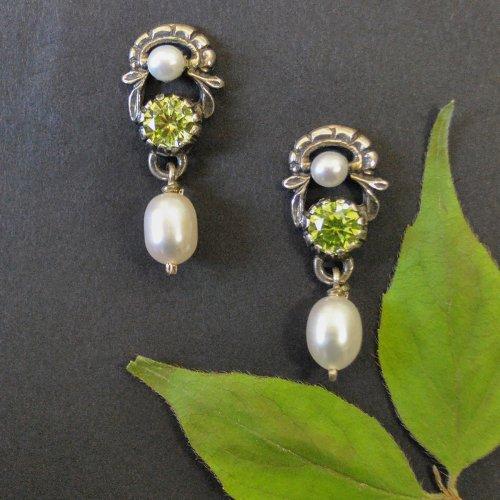 Trachtige Ohrringe aus Silber mit grünem Zirkonia