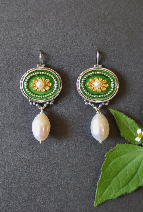 Silberne Ohrringe mit blumigem Detail und Perle in unserem Online Shop