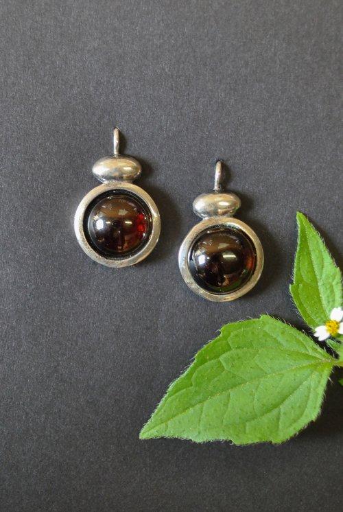 Kleine silberne Ohrringe mit Granat