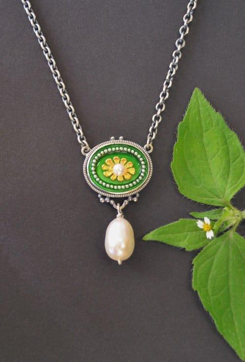 Silberkette mit wunderschönem Blumen Detail und Perlentropfen in unserem Online Shop