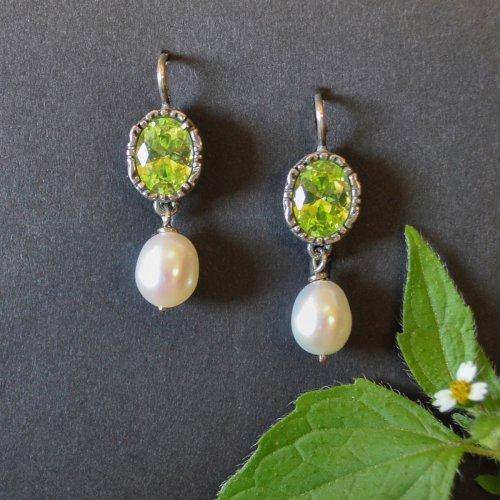 Ohrringe mit grünem Zirkonia und kleinen Perlentropfen