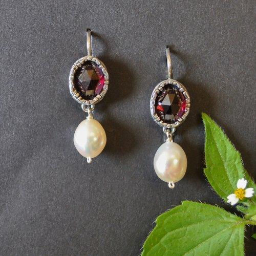 Silberne Ohrringe mit Granat und Perlen in Online Shop