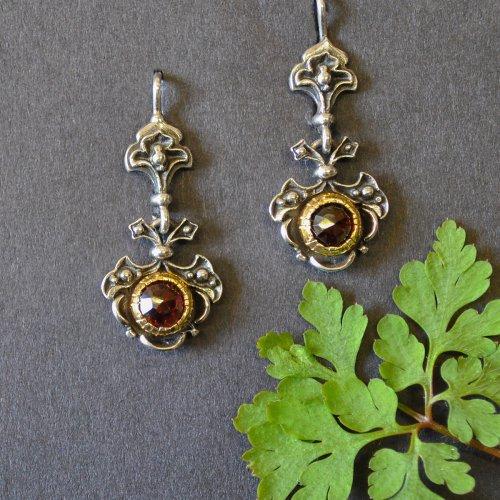 Dirndlschmuck Ohrringe aus Silber mit schönen Details und Granat