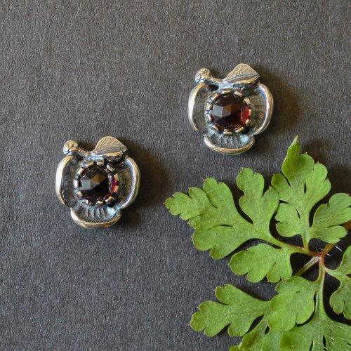 Kleine Dirndlschmuck Ohrringe in Blumenoptik und einem Granat
